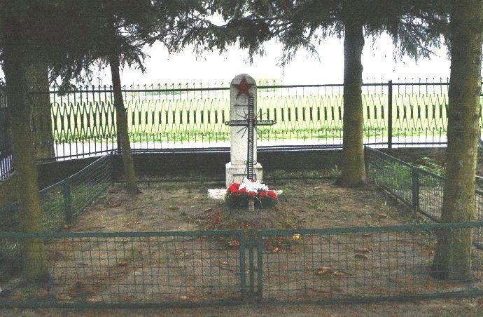 д. Менджехув, Домбровский повят. Памятник на братской могиле воинов, в которой захоронено 17 советских воинов.
