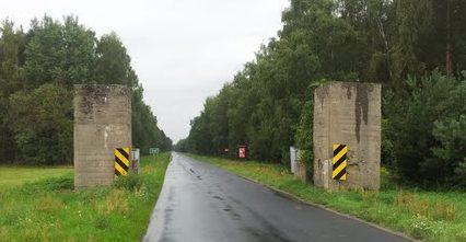 Бетонные столбы для блокирования дороги, построенные в 1944 г.