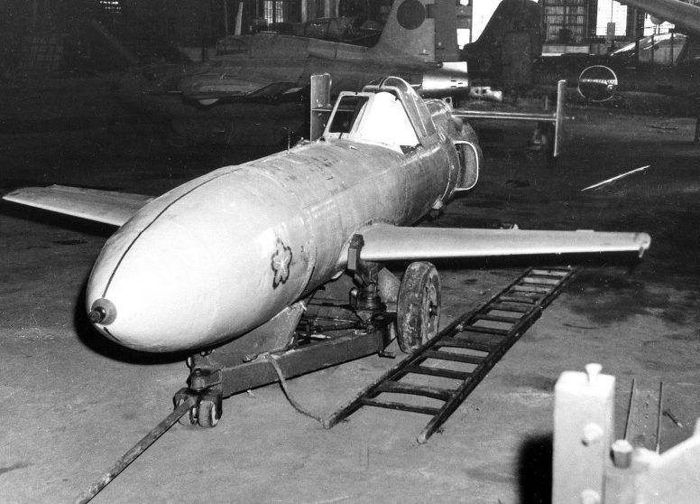 Японский самолет-снаряд камикадзе MXY7 «Ока», захваченный американцами в ангаре на Окинаве. Апрель, 1945 г.