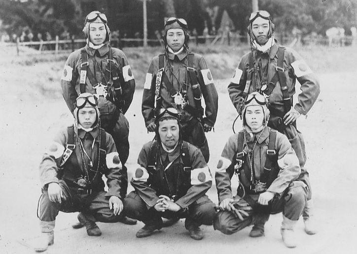Летчики-камикадзе перед вылетом. Корпус Акено. 1945 г.