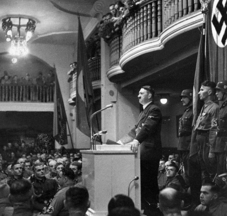Выступление Гитлера в пивной «Бюргербройкеллер».
