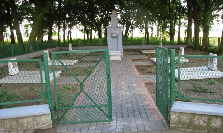 д. Крукувко Накловский повят. Воинское кладбище, где похоронено 109 советских воинов, в т.ч. 99 неизвестных.