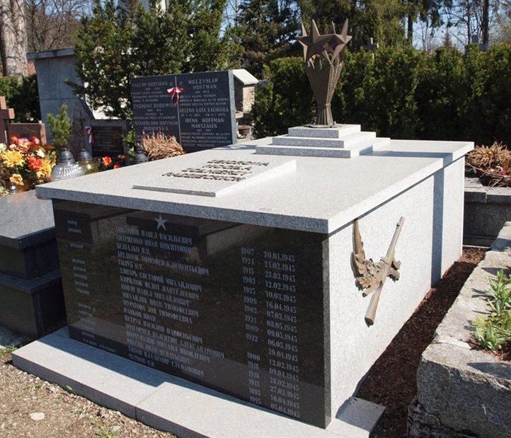 г. Закопане. Братская могила на кладбище по улице Новотарска, в которой захоронено 22 советских воина, в т.ч. 4 неизвестных.