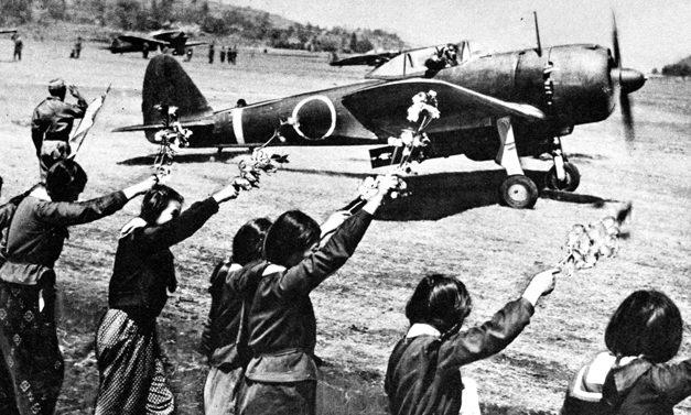 Старшеклассницы машут ветками сакуры младшему лейтенанту Тосио Анадзаве, готовящемуся вылететь на свою последнюю миссию. 12 апреля 1945 г.