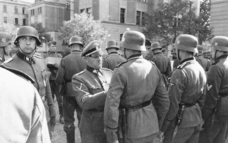 Командир «Лейбштандарта» Йозеф Дитрих награждает личный состав. Мец, июнь 1940 г.