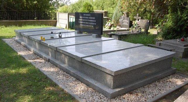 д. Яблонна, Легионовский повят. Памятник на братской могиле, в которой похоронено 400 советских воинов, погибших в годы войны.