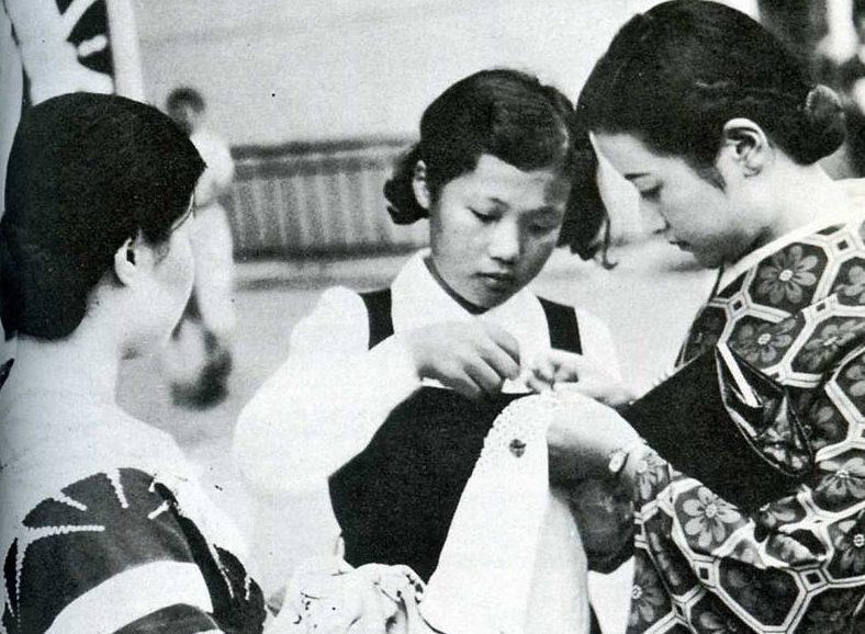 Женщины, изготавливающие сеннинбари, который имел размер приблизительно 150 мм шириной и 900-1200 мм длиной.