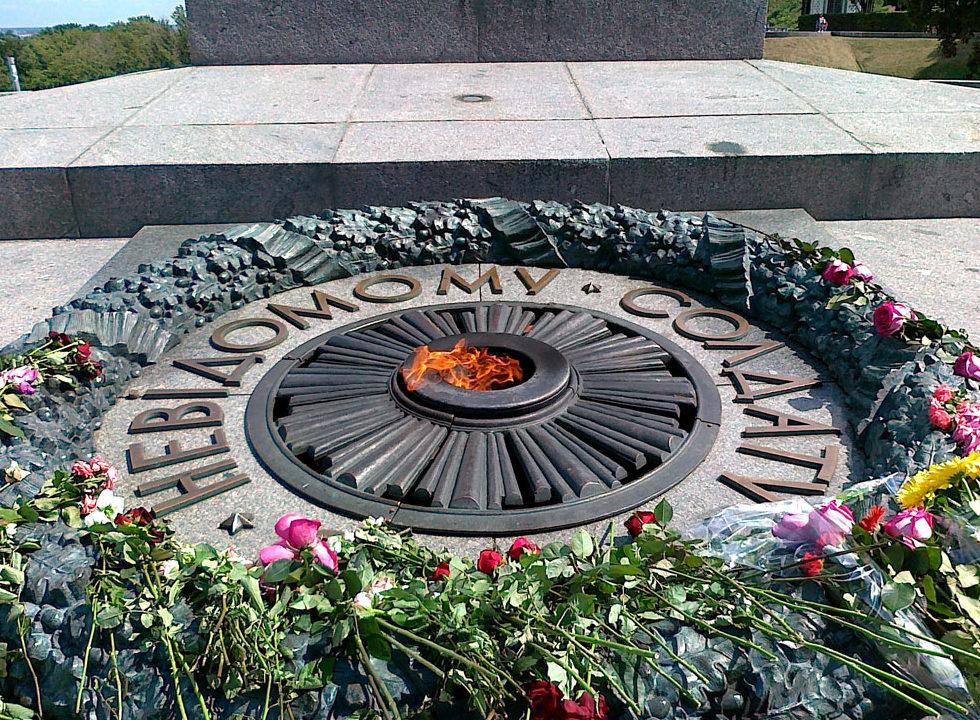 Вечный огонь у могилы Неизвестного солдата.
