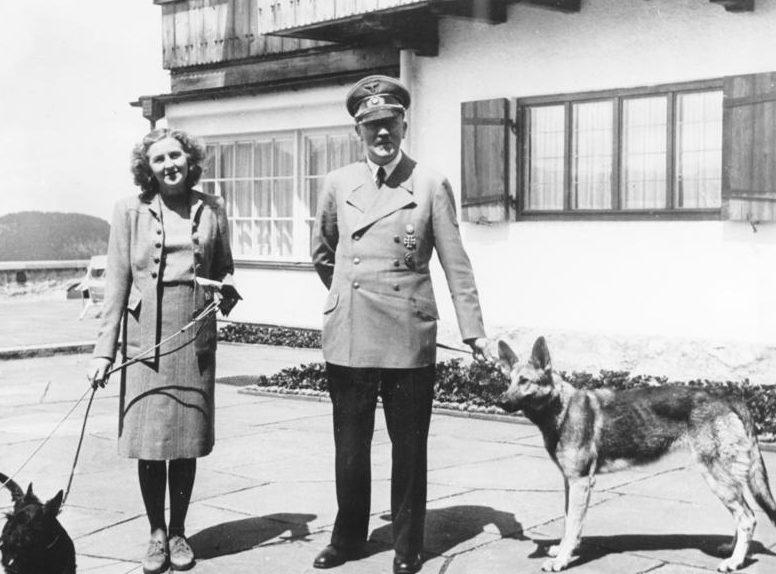Ева Браун и Адольф Гитлер в резиденции в горах. 1942 г.