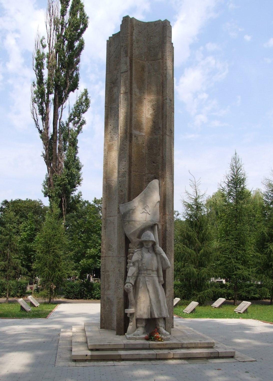 г. Краков. Монумент по улице Прондоты, установленный на братских могилах, в которых похоронено 1 578 советских воинов, в т.ч. 1 009 неизвестных.