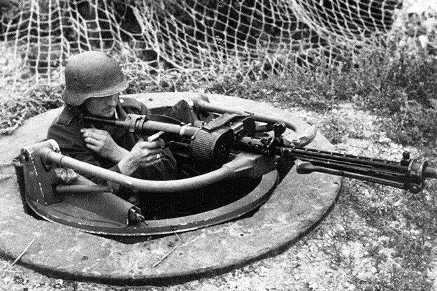 Пулеметчик в доте типа «Тобрук».