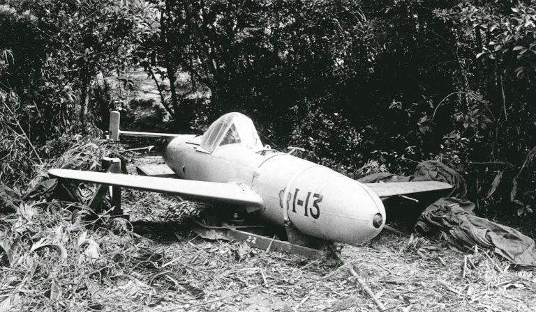 Самолет-снаряд камикадзе MXY7 Ohka, захваченный союзниками на Окинаве. Апрель, 1945 г.