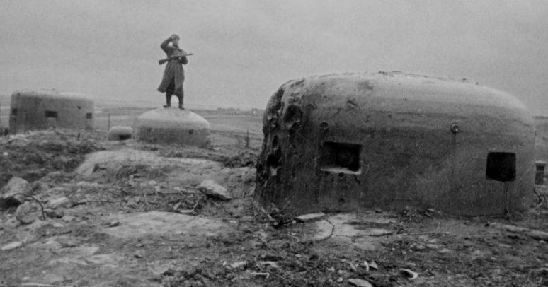 Советский автоматчик после захвата ДОТа «Panzerwerk 717». Февраль, 1945 г.