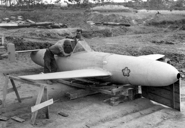Американцы осматривают самолет-снаряд камикадзе MXY7 Ohka. Апрель, 1945 г.