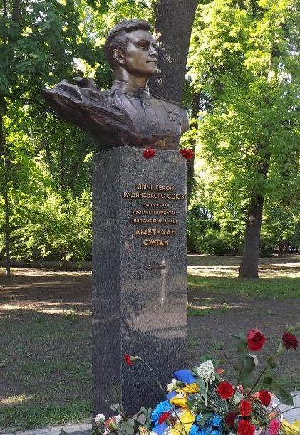 Бюст дважды Герою Советского Союза Амет-Хану Султану.