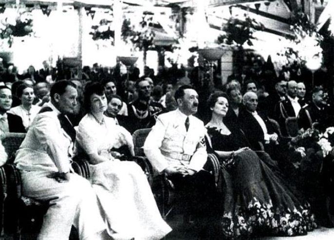 Адольф Гитлер с Ольгой Чеховой на торжественном приеме у Риббентропа, 1939 г.