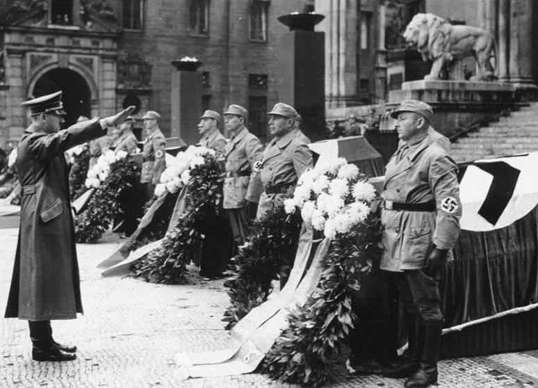 Гитлер на похоронах в Мюнхене.