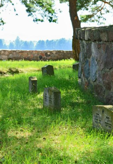 Мемориальные плиты на братских могилах.
