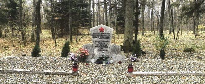 д. Ясень, Бытувский повят. Памятник на братской могиле советских военнопленных.
