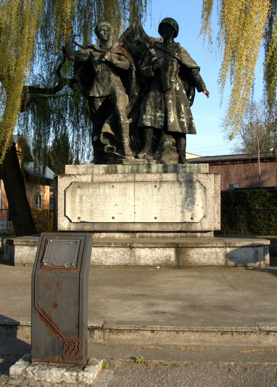 г. Чеховице-Дзедзице, Бельского повята. Памятник благодарности Красной Армии, установленный в 1953 году.