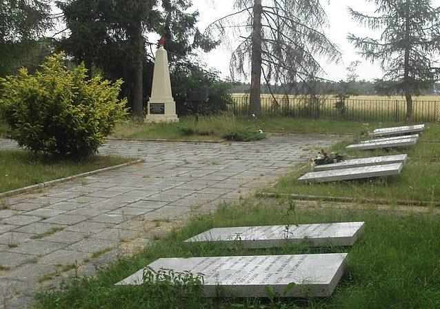 д. Бояно, Вейхеровский повят. Воинское кладбище на окраине леса, где захоронено 6 055 советских воинов, в т.ч. 5 965 неизвестных, погибших при освобождении городов Гданьск, Сопот, Гдыня и их окрестностей.