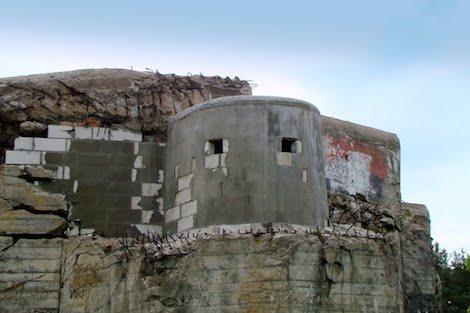 Двухамбразурный ДОТ с использованием скалы.