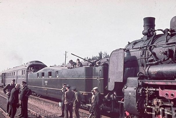 Фрагмент паровоза и зенитная бронеплощадка. 1942 г.