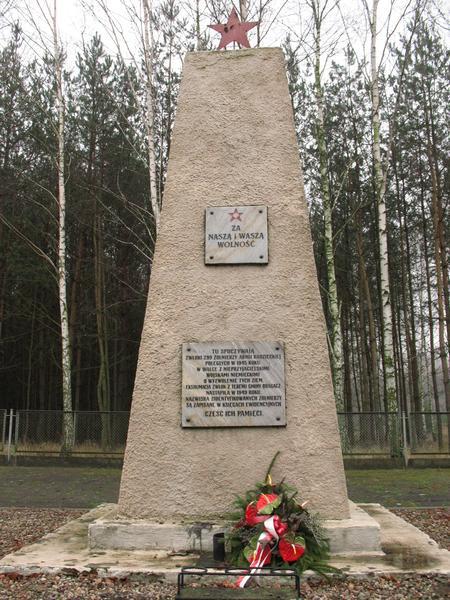 г. Нове Мажи, гмина Драгач. Памятник, установленный на братской могиле, а которой похоронено 334 советских воина, погибших в годы войны.