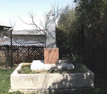 д. Букув, Краковский повят. Памятник на братской могиле советских воинов, погибших в годы войны.