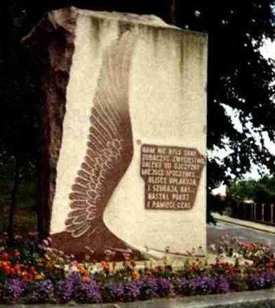 г. Вейхерово. Памятник, установленный на братской могиле, в которой захоронено 728 советских воинов, в т.ч. 697 неизвестных.