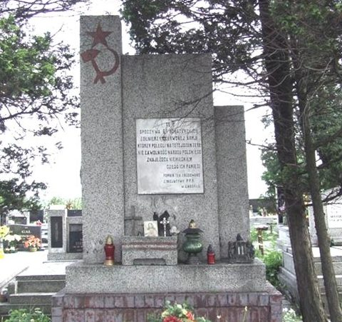 г. Загуже, повят Беджин. Памятник на братской могиле на приходском кладбище по улице Зузанна-Пулноцна, в которой похоронено 64 воина.