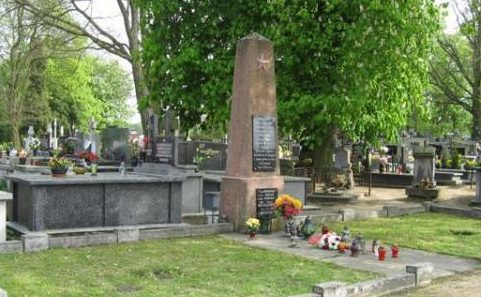 г. Рыпин. Памятник по улице Липновска, установленный на братской могиле, в которой захоронено 204 советских воина, в т.ч. 146 неизвестных.
