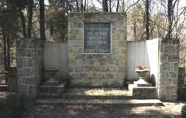 г. Добчице, Краковский повят. Памятник по улице Армии Червоней, установленный на братской могиле, в которой похоронено 368 советских воинов, в т.ч. 358 неизвестных.