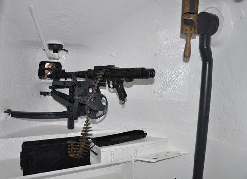 Бронеколпак внутри. Вид на амбразуру. Внизу – полка для боеприпасов.