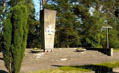 Памятник военнопленным на кладбище.