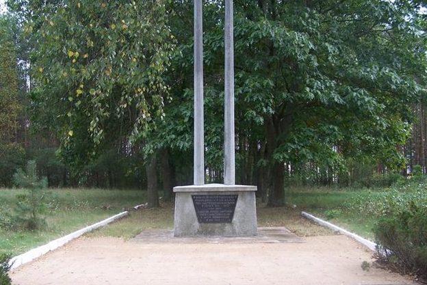 д. Коморово, Острувский повят. Памятный знак, установленный на захоронении 24-х тысяч военнопленных лагеря Шталаг-333.