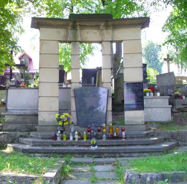 г. Мысленице. Памятник по улице Неподлеглости, установленный на братской могиле, в которой похоронено 194 советских воина, в т.ч. 64 неизвестных.