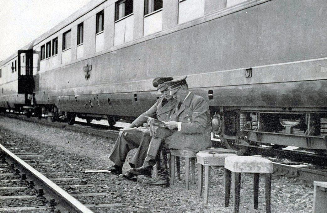 Гитлер у своего вагона во время стоянки на запасных путях.
