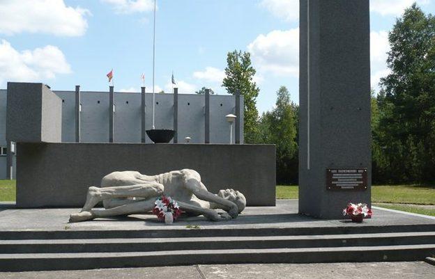 Скульптурный памятник на братских могилах.