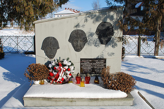 д. Липница Велька, Новотаргский повят. Памятник на братской могиле, в которой захоронено 800 советских воинов, погибших в годы войны.