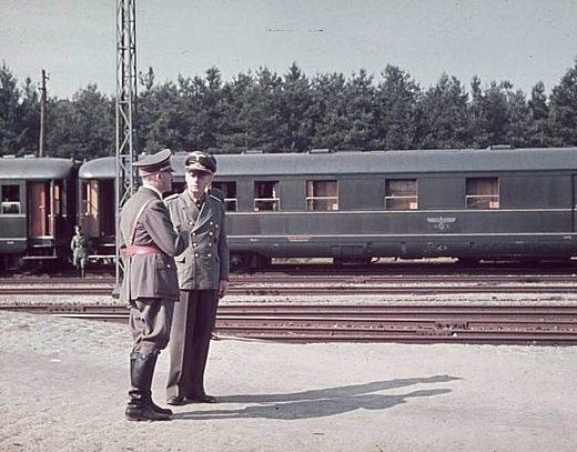 Гитлер и Риббентроп на фоне поезда. Польша. 04.09.1939 г.