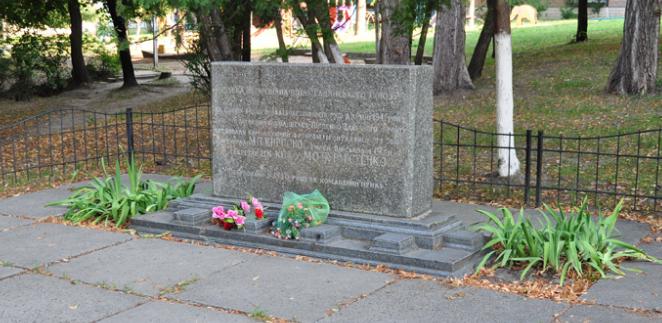 Памятный знак штабу Юго-Западного фронта по улице Верховинная 80, был открыт в 1974 году. Архитектор И.П. Прокопенко.