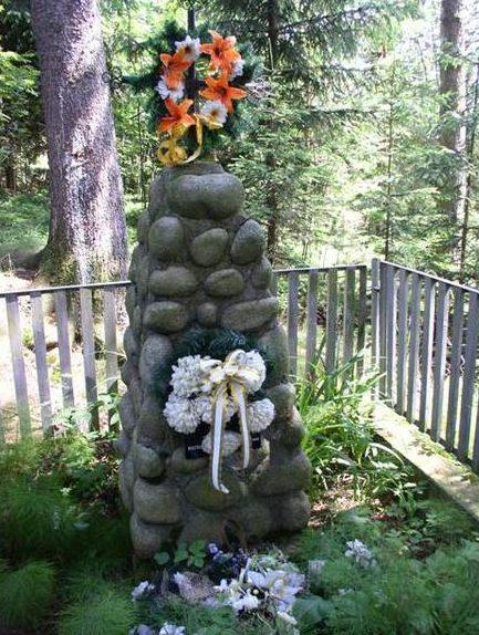 д. Чижне Новы, Таргского повята. Памятник на братской могиле, в которой похоронено 40 советских воинов, погибших в годы войны.