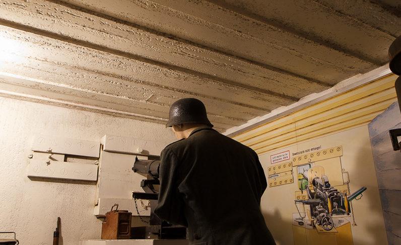 Пулемет в амбразуре из бронеплиты для защиты входа в бункер.