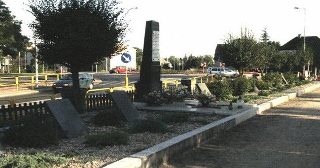 г. Нове Място Любавске, Новомястский повят. Памятник по улице Грюнвальдска, установлен на братской могиле, где похоронено 125 воинов, в т.ч. 101 неизвестных.