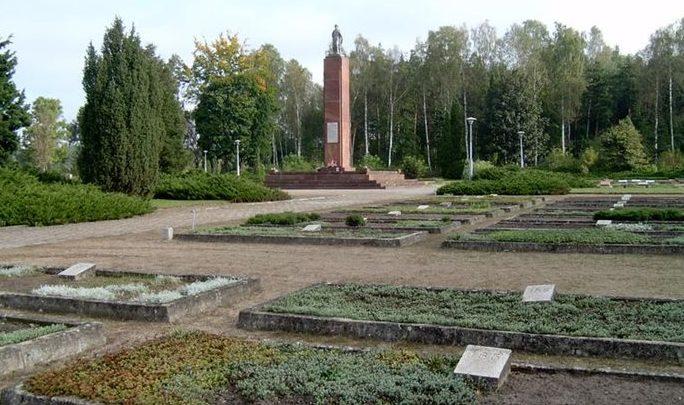 д. Боленчин, Плоньский повят. Воинское кладбище, где похоронено 2 487 советских воинов, в т.ч. 1 979 неизвестных, погибших в годы войны.