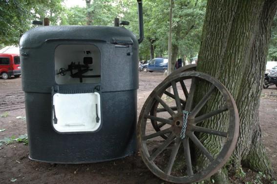 Бронеколпак с колесами для перевозки.