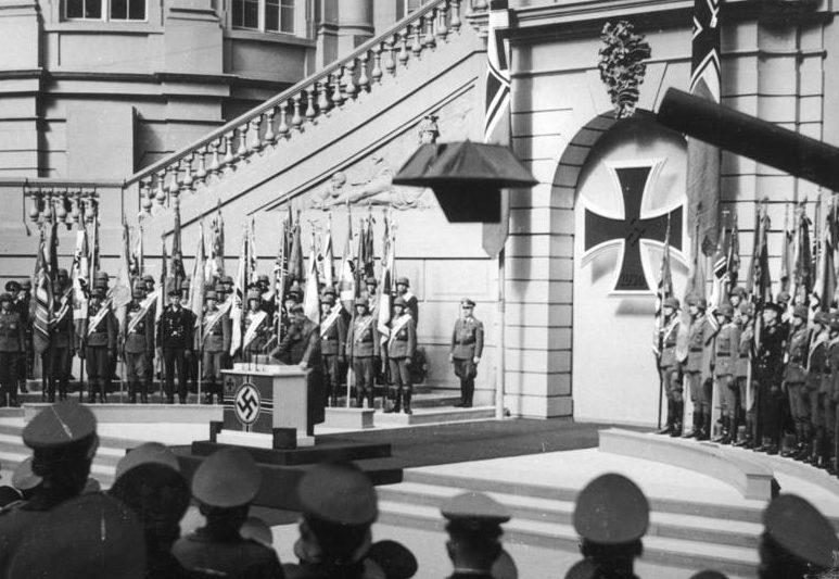 Гитлер выступает на церемонии Цейхгаузе. 1943 г.