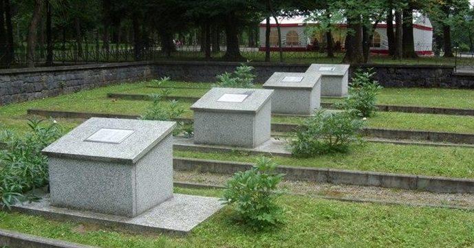 Памятные тумбы на братских могилах.