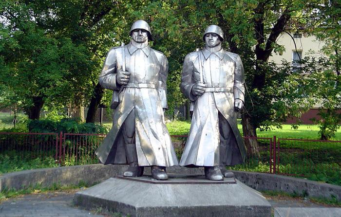 г. Домброва-Гурнича. Памятник воинам-освободителям, установленный на перекрестке улиц Ласковей и Голоновской.